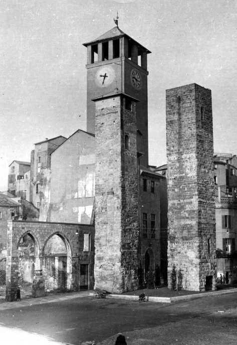 Il Brandale e le due torri superstiti: prima della guerra qui c'era un fitto intrico di vicoli e un corposo agglomerato di case.