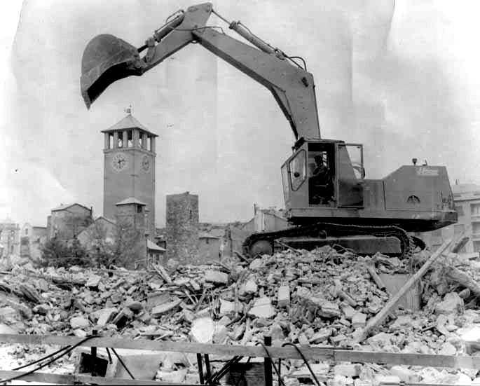 Demolizione del quartiere lungo Via Gramsci (anni '50).