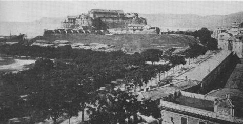 La fortezza del Priamar - costruita nel XVI secolo dai genovesi - domina un'area ancora poco sfruttata dall'industria (fine XIX secolo).