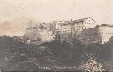 A lato del Priamar svetta la prima ciminiera della Tardy e Benech (fine XIX secolo).