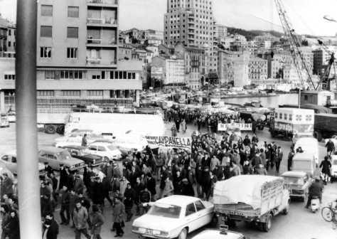 Via Gramsci occupata dai manifestanti.