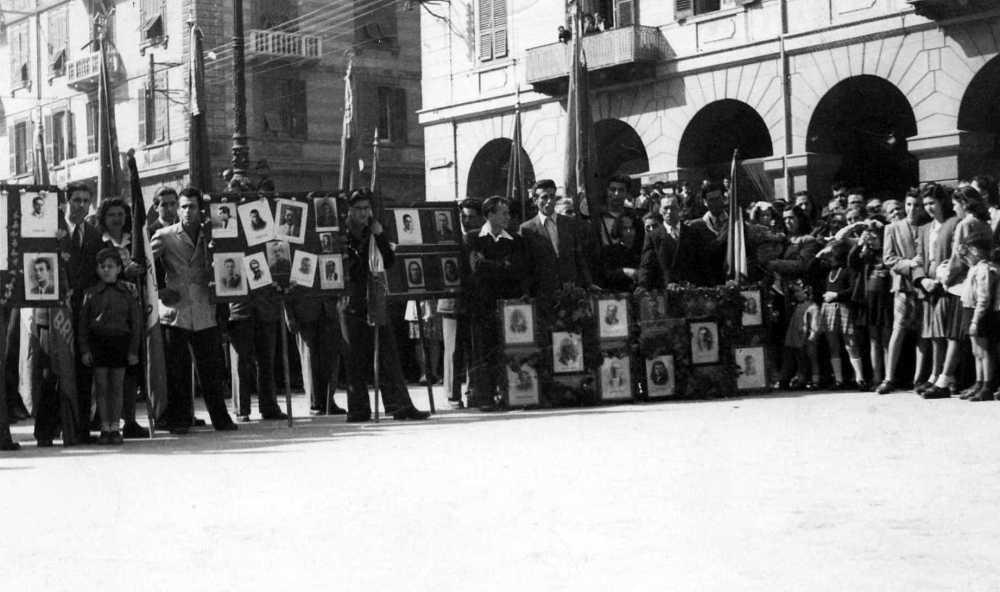 Contro il Piano Sinigaglia: gli scioperanti marciano per Savona mostrando orgogliosamente i volti dei martiri della Resistenza. Il diritto al lavoro - sancito dalla neonata Costituzione - veniva equiparato al diritto di vivere in uno Stato libero da fascismi e prevaricazioni.