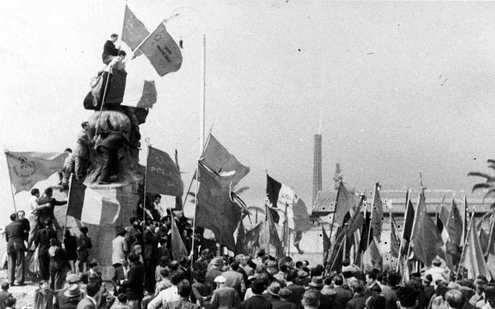 Garibaldi, bandiere rosse e ciminiere: tre simboli dell'idea di libertà tipici dell'immediato dopoguerra.