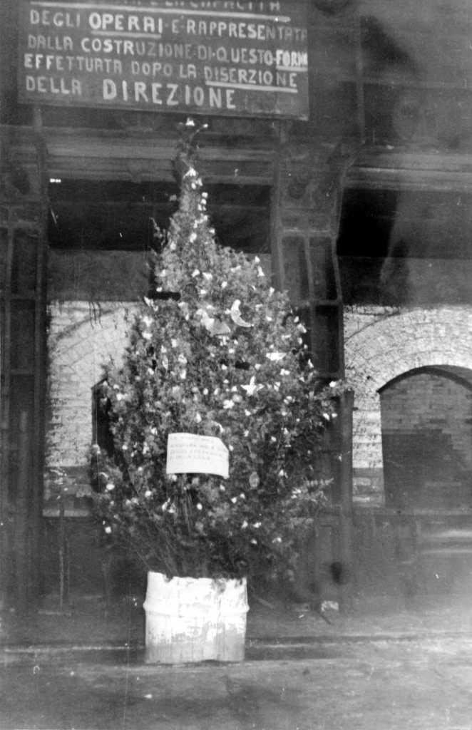 Gesù Bambino in fabbrica: l'albero di natale allestito per i bambini in un salone della fabbrica occupata.