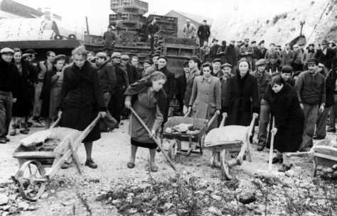 Donne sgomberano le macerie della guerra: in fabbrica le differenze di genere si assottigliarono molto tra anni Dieci e anni Cinquanta.