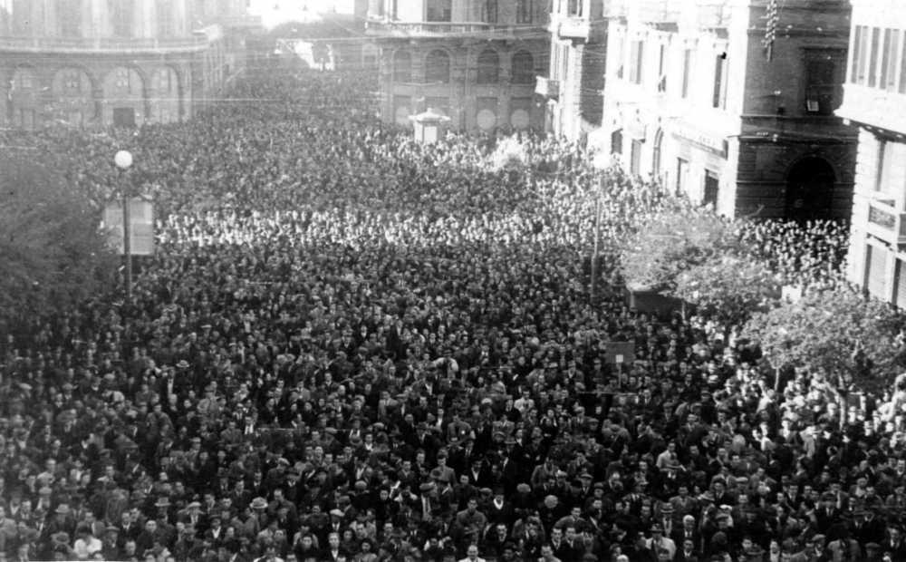 Folla oceanica in Piazza Diaz - davanti al Teatro G. chiabrera - manifesta il suo dissenso al Piano Sinigaglia.