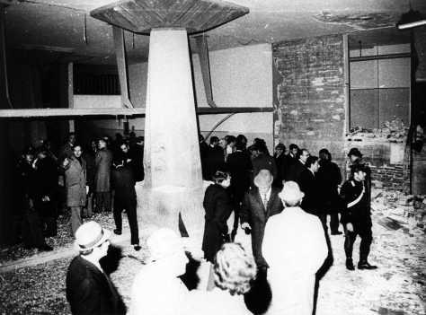 Scuole Guidobono: le autorità e le forze dell'ordine sul luogo dell'esplosione.