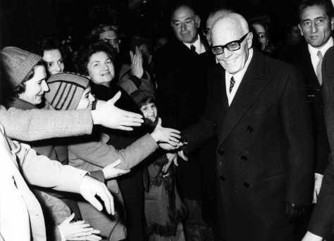 """Pertini nella """"sua"""" Savona, accolto calorosamente dalla folla."""