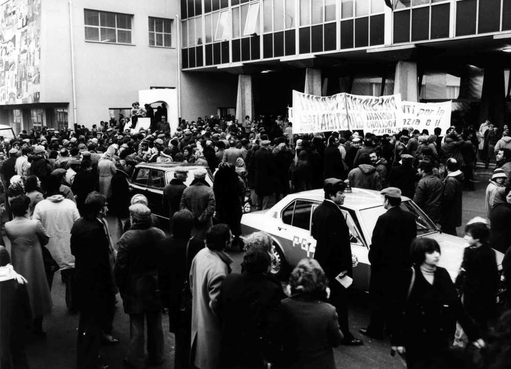 Sandro Pertini in visita alle scuole Guidobono pochi giorni dopo l'attentato terroristico.