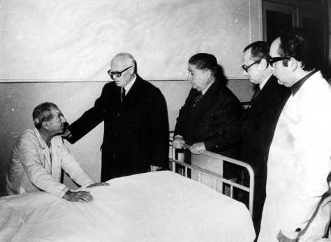 Vecchio Ospedale San Paolo: Pertini in visita a un ferito.