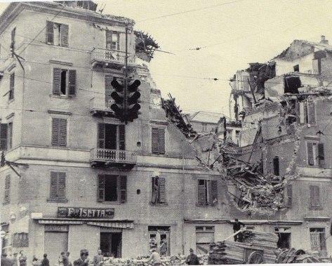 Via Luigi Corsi: un palazzo sventrato da una bomba. Una delle tante immagini che testimoniano i disastri della guerra...
