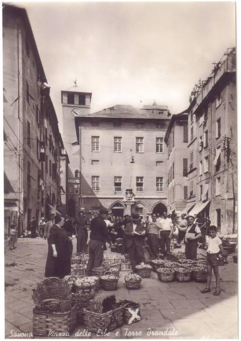 Piazza delle Erbe, tra la Torre del Brandale e via Gramsci.